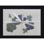 Blomsterkort med tørrede hortensia blomster af Nora - lyst bånd